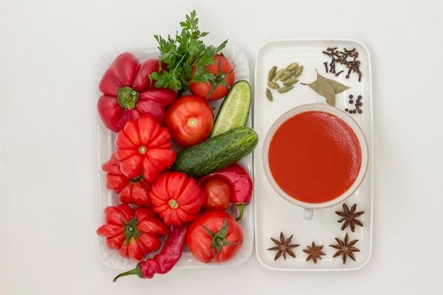 Sommer-tomatensuppe, satz von produkten für gazpacho, weißer hintergrund