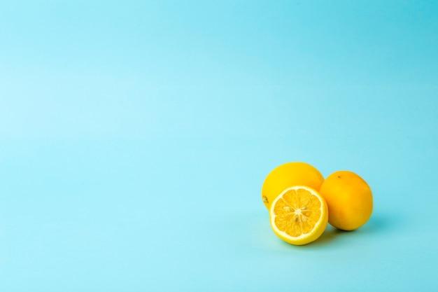 Sommer und vitamine hintergrund. zitrone auf einem blauen hintergrund, minimales lebensmittelkonzept