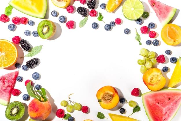 Sommer-vitamin-food-konzept, verschiedene obst- und beerenwassermelonen-pfirsich-pflaumen-aprikosen-heidelbeer-johannisbeere, flach auf weißem hintergrund draufsicht kopie