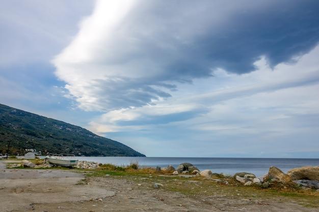 Sommerabend. alter bootssteg und wolken über dem meer