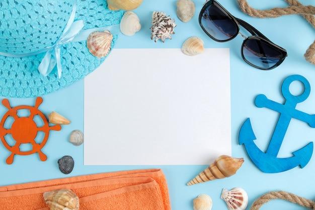 Sommeraccessoires mit sonnenbrille, hut, muscheln