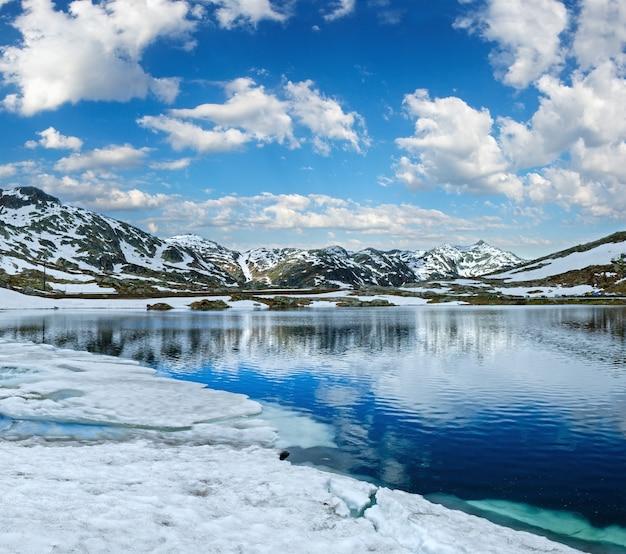 Sommeralpengebirgssee lago della piazza blick, schweiz, passo del san gottardo