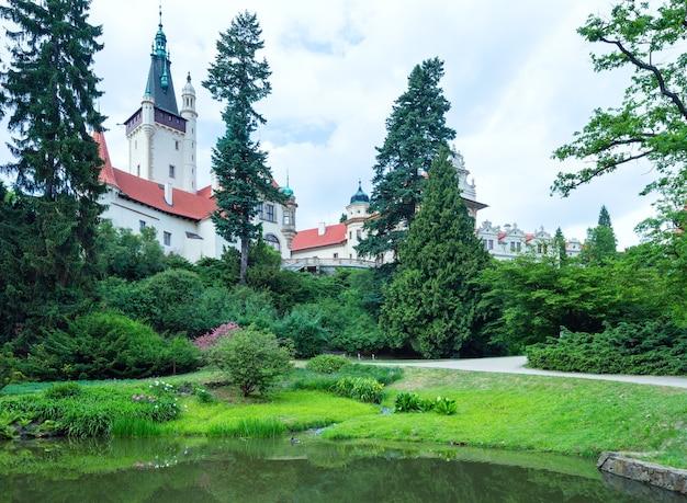 Sommeransicht des schlosses pruhonice castle mit see in prag, tschechische republik.