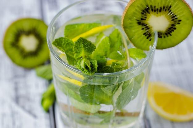 Sommerauffrischungsgetränk in einem glas mit strohnahaufnahme.