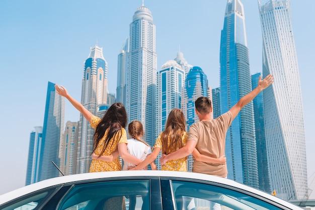 Sommerautofahrt und junge familie im urlaub