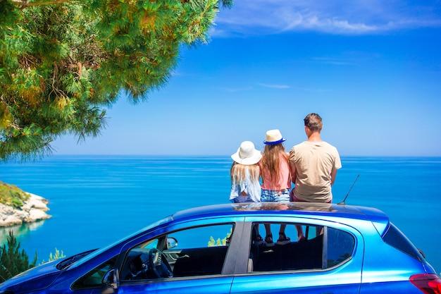 Sommerautoreise und junge familie im urlaub