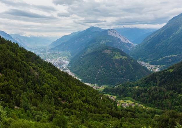 Sommerbedeckter blick auf das chamonix-tal von der seilbahn aiguille du midi, französische alpen