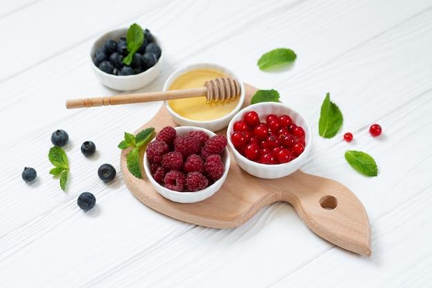 Sommerbeeren und honig als marmeladenzutaten