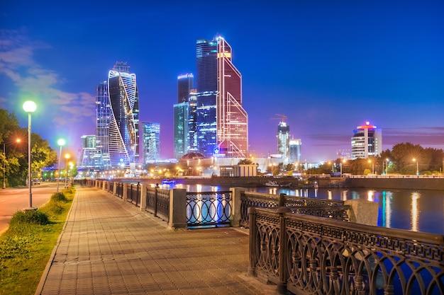 Sommerblauer abend mit blick auf die wolkenkratzer der stadt moskau