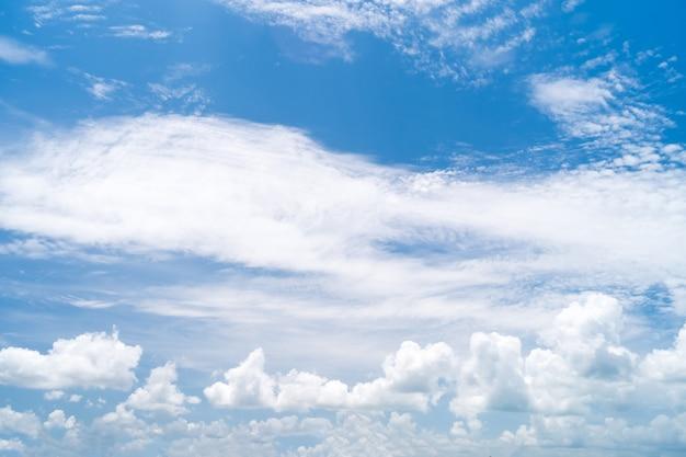 Sommerblauer himmel und weiße wolken