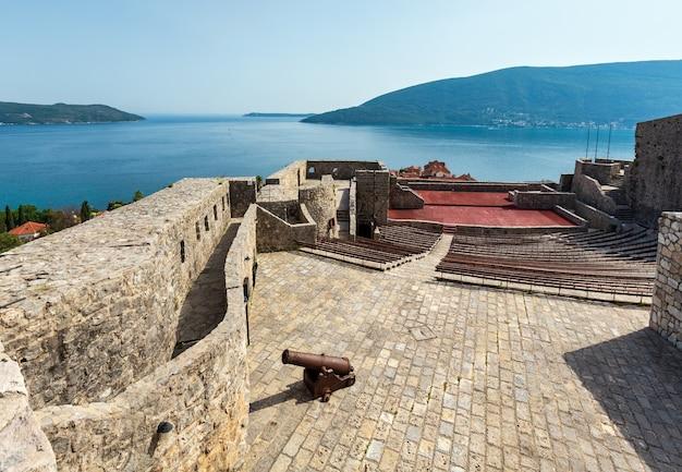 Sommerblick auf die burg forte mare und die bucht von kotor (herceg novi, montenegro)
