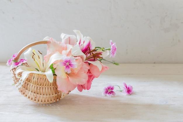 Sommerblumen im korb auf weiß