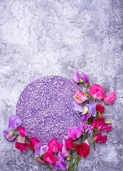 Sommerblumenhintergrund mit bunter blume. draufsicht, platz für text