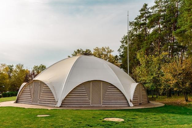 Sommercafé mit stoffzelt auf dem dach in form einer kuppel mit hölzernen eingangstüren. sommerferienort