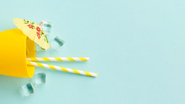 Sommercocktail mit eiswürfeln auf dem tisch
