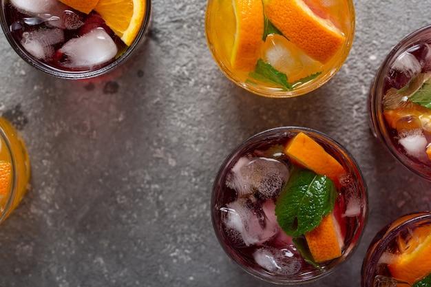 Sommercocktails und getränke mit früchten und eis
