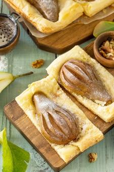 Sommerdessert hausgemachter kuchen blätterteig mit birne und gefüllt mit nusscreme