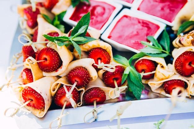 Sommerdessert mit obst. canape mit erdbeeren. erdbeerkonfitüre. sommerfest