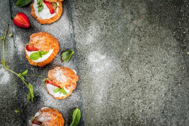 Sommerdesserts. hausgemachtes backen. kuchen profiteroles mit draufsicht der schlagsahne