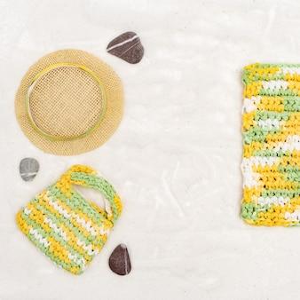 Sommereinzelteile - sonnenhut, tasche und strandmatte oder -tuch auf hintergrund des feinen sandes. sommer-konzepte. kopieren sie platz.