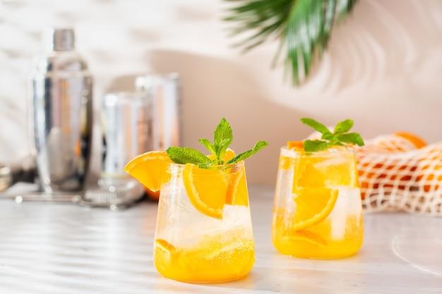 Sommererfrischender orangen-hart-selter-cocktail mit schatten