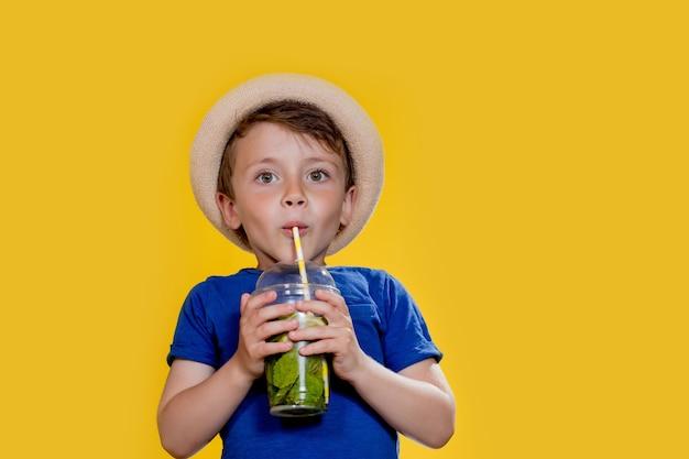 Sommererfrischung kaltgetränk kleiner junge mit plastikbecher frischer limonade