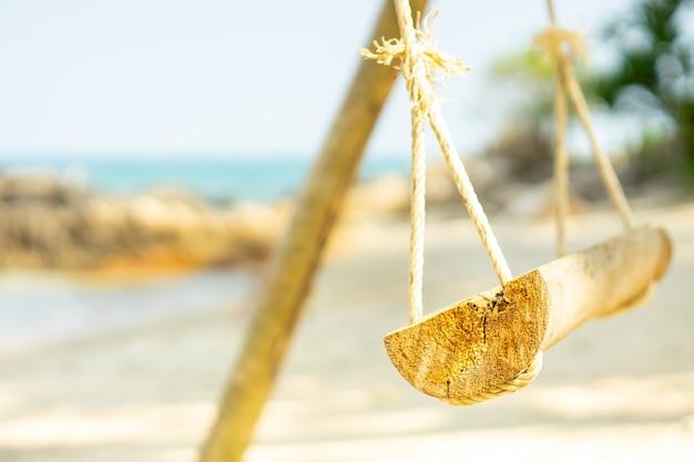 Sommerferien auf den paradiesinseln, hängend mit einer seeansicht