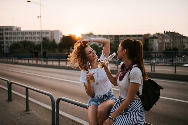 Sommerferien, feiertage, partei, reise und leutekonzept.