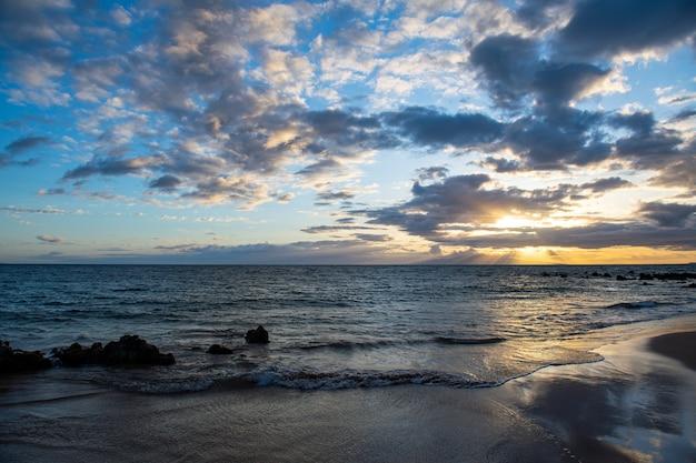 Sommerferien, feiertagshintergrund eines tropischen strandes und des blauen meeres. hawaii-strand.