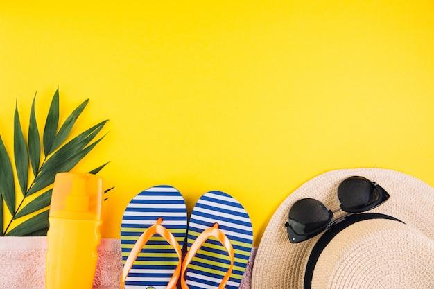 Sommerferien-ferienkonzept. zubehör für die reise auf gelbem hintergrund. draufsicht und flachlage