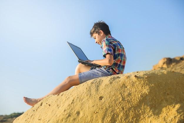 Sommerferien in der natur mit einem laptop