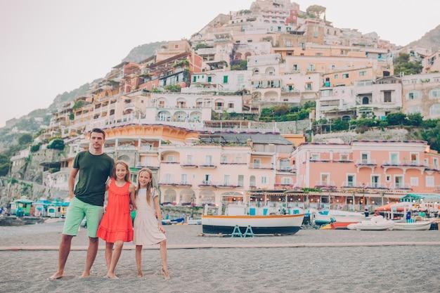 Sommerferien in italien. familie im dorf positano im hintergrund, amalfiküste, italien