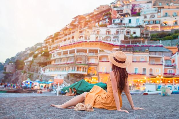 Sommerferien in italien. junge frau im dorf positano, amalfiküste, italien