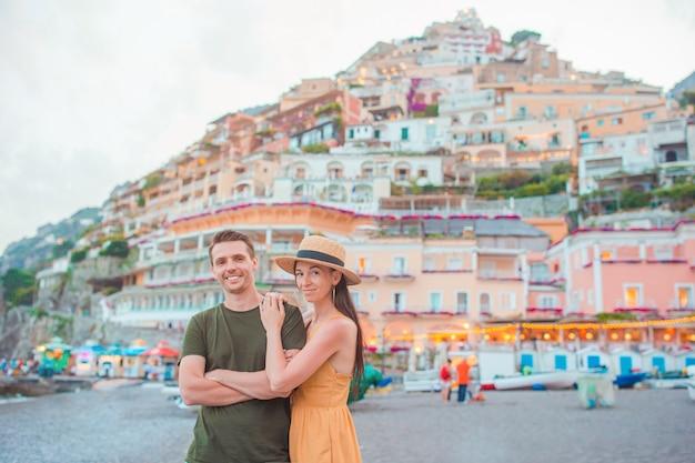 Sommerferien in italien. junges paar im dorf positano, amalfiküste, italien