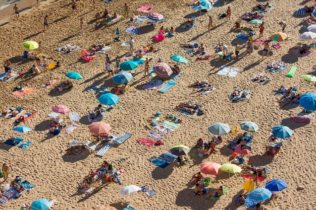 Sommerferien in portugal. menge der badegäste am strand von benagil an der algarve