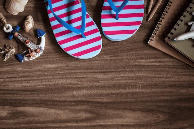 Sommerferien-strand-reiseplanungs-konzept: draufsicht von sandalen und von zusätzen