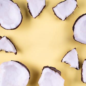 Sommerferien tropische wohnung mockup hintergrund kokosnuss stück scheibe gelb auf gelb