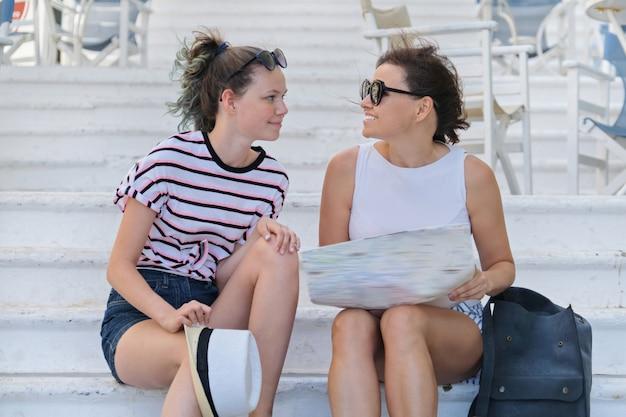 Sommerferien zusammen reisen mutter und tochter, die touristische karte lesen