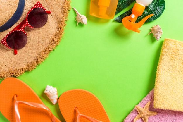 Sommerferienhintergrund mit kopienraum. flaches lagefoto auf farbtabelle, reisekonzept. freier platz für text