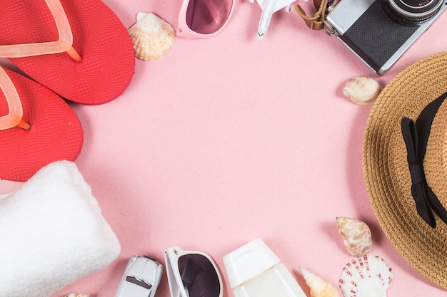 Sommerferienhintergrund, reisekonzept mit kamera auf rosa hintergrund