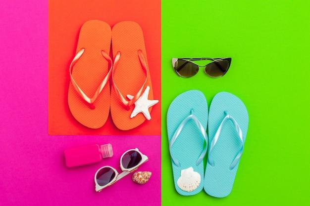 Sommerferienhintergrund, strandzubehör auf farbblock