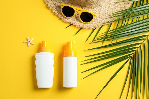 Sommerferienkomposition auf gelbem hintergrund