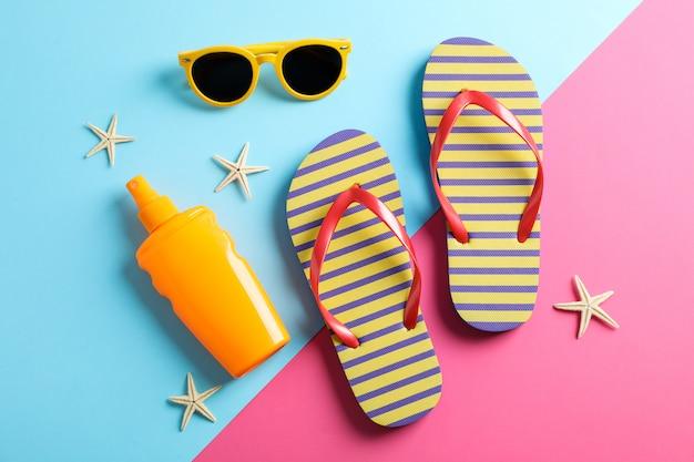 Sommerferienkomposition auf zweifarbigem hintergrund