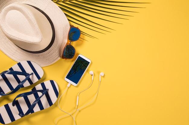 Sommerferienkonzept flach liegen. strandzubehör draufsicht. platz für text. reise