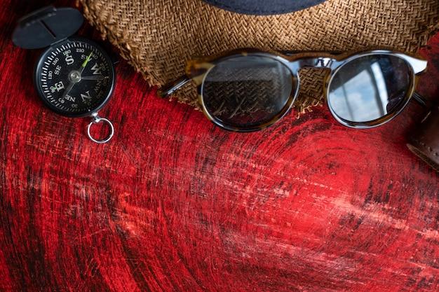 Sommerferienstillleben, satz des passes, notizbuch, sonnenbrille, kompass
