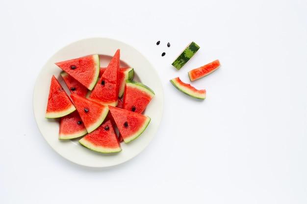 Sommerfrucht, scheiben der wassermelone auf der weißen platte lokalisiert auf weiß
