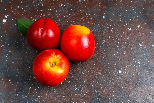 Sommerfrüchte: feigenpfirsiche, nektarine und pfirsiche, draufsicht