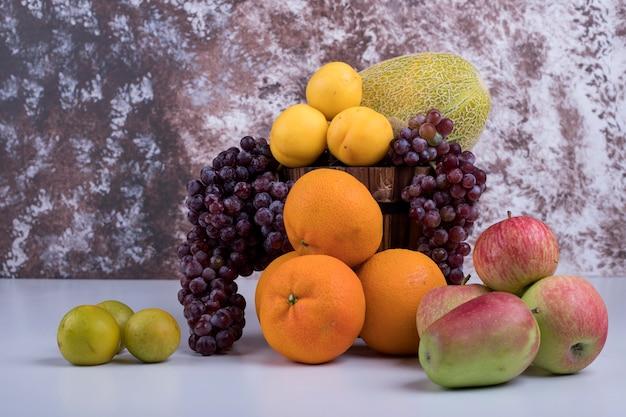 Sommerfrüchte mischen sich auf einem marmor.