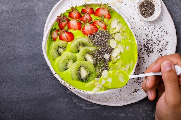 Sommerfrühstück detox green smoothie.
