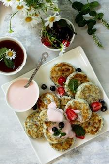Sommerfrühstückshintergrund hausgemachte hüttenkäsepfannkuchen mit mohnsamen draufsicht